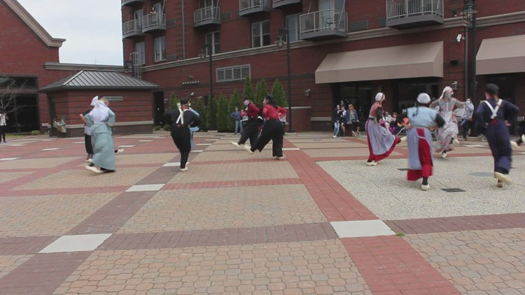 Dutch dance flash mob surprises Tulip Time visitors