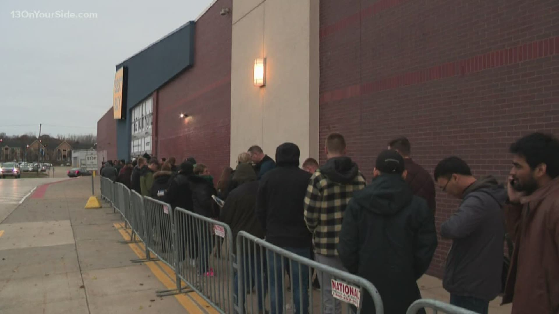 Black Friday Shoppers Line Up For Best Buy Deals On Thanksgiving Day Wzzm13 Com