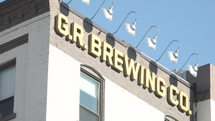 New sidewalk mini bar opens in Grand Rapids